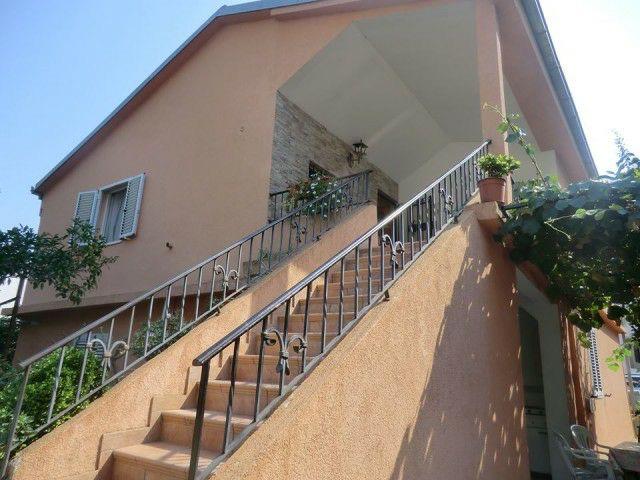 Kuća - 180m² - Budva